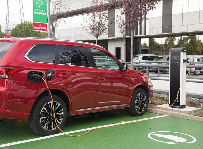 En la sede del Grupo, en Madrid, existen puntos de recarga para vehículos eléctricos a disposición de los empleados
